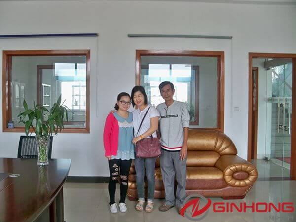 Malaysian customers and Ginhong's staff